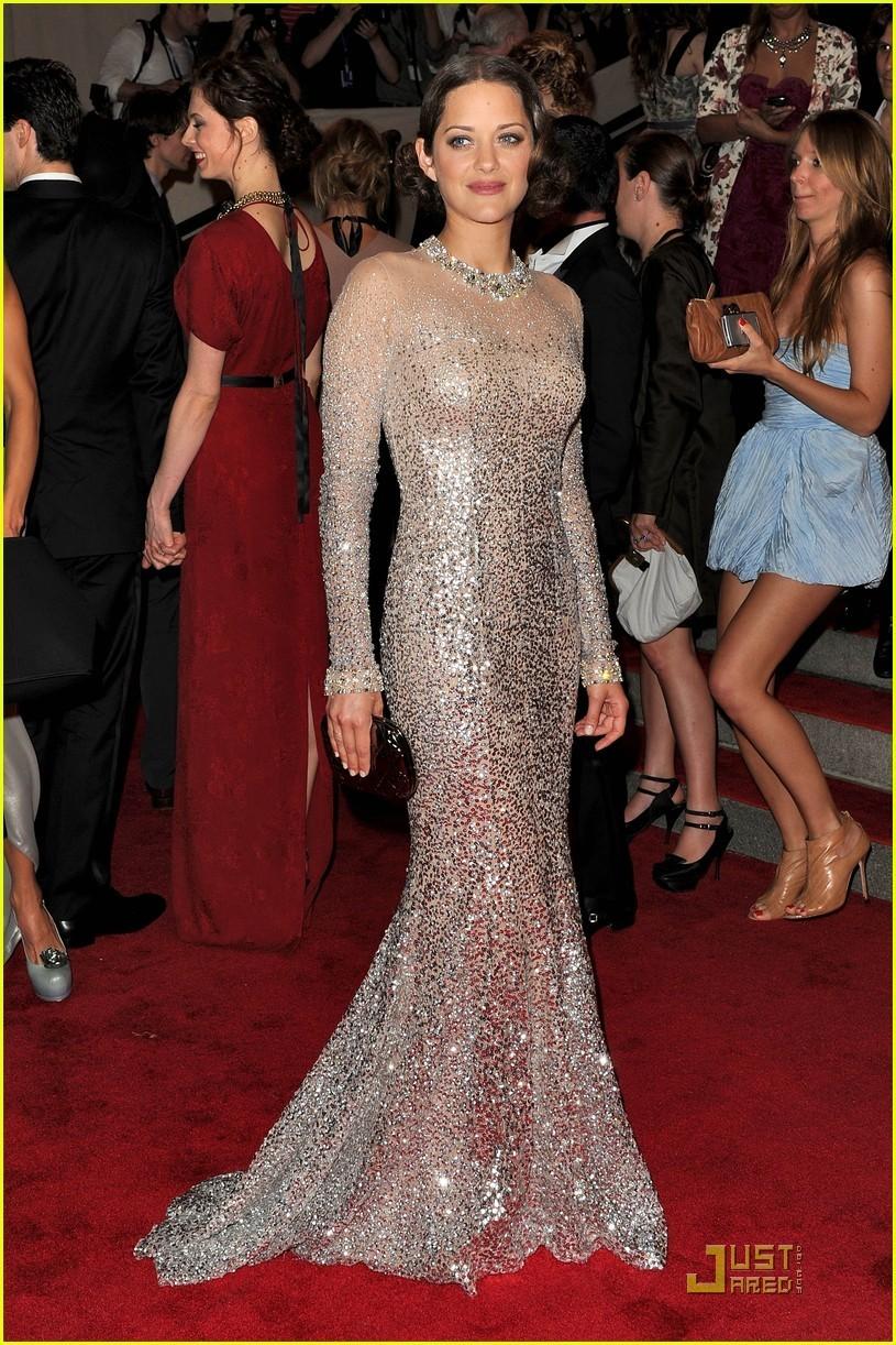Прическа под блестящее платье фото