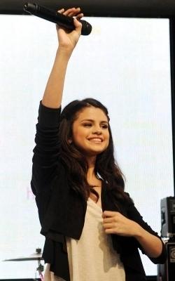 Selena tunjuk in London