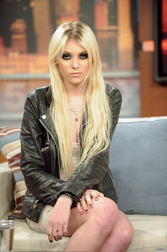Taylor Momsen wolpeyper called TM.