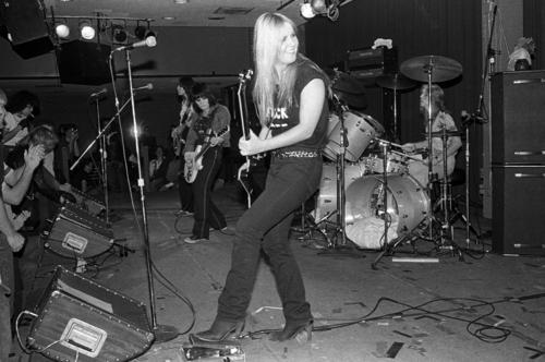 Les Runaways fond d'écran titled The Runaways perform in Cali - 1978