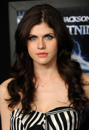 The Hunger Games پیپر وال entitled Alexandra Daddario
