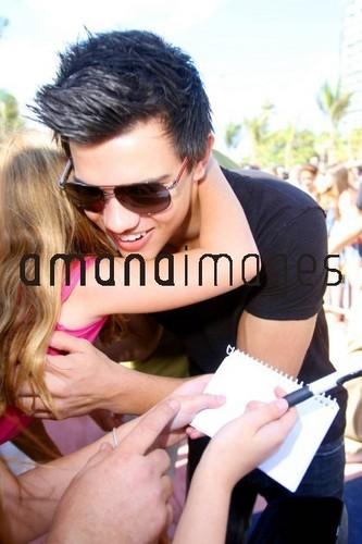 Taylor avec une petite fille à Los Angeles