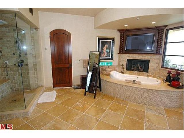 Toalet da Juliet & do Robert   Avril-s-House-3-avril-lavigne-12176524-640-480