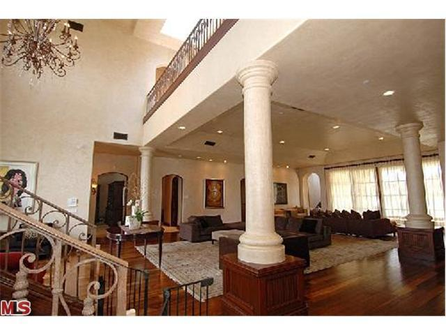 Sala de estar... Avril-s-House-3-avril-lavigne-12176536-640-480
