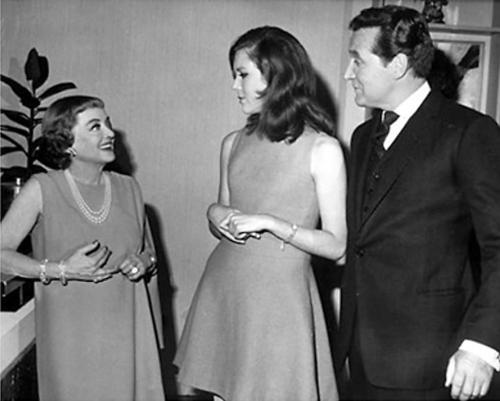 Diana Rigg kertas dinding titled Bette Davis meets Diana & Patrick