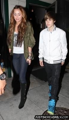 Candids > 2010 > Justin & Miley dîner at Ari-Ya, Beverly Center; (May 10th)