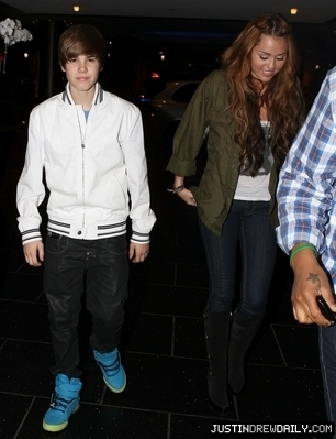 Candids > 2010 > Justin & Miley bữa tối, bữa ăn tối at Ari-Ya, Beverly Center; (May 10th)