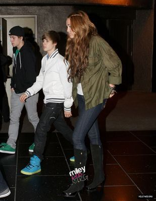 Candids > 2010 > May 10th - Having jantar With Miley Cyrus In Los Angeles