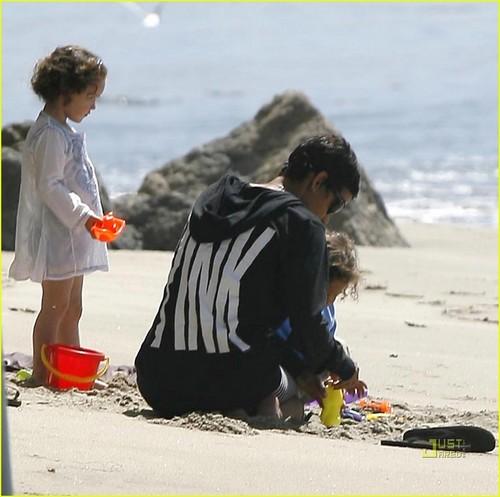 Halle Berry: bờ biển, bãi biển Bonding with Nahla Aubry!