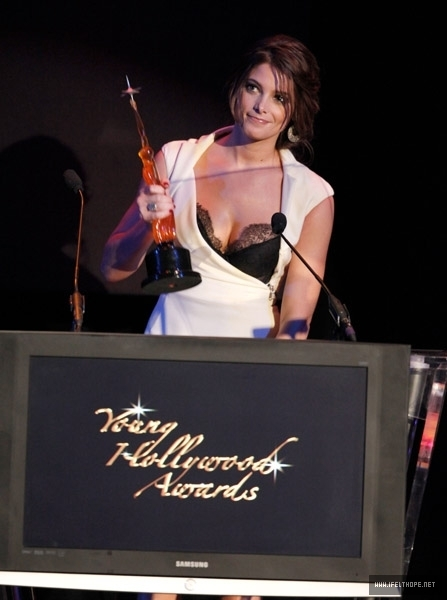 http://images2.fanpop.com/image/photos/12100000/The-12th-Annual-Young-Hollywood-Awards-Show-Backstage-May-13-twilight-series-12174435-447-600.jpg