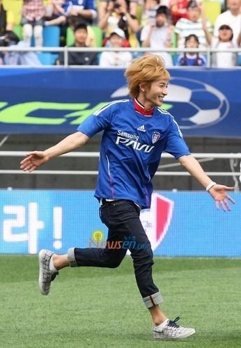 eeteuk playing football