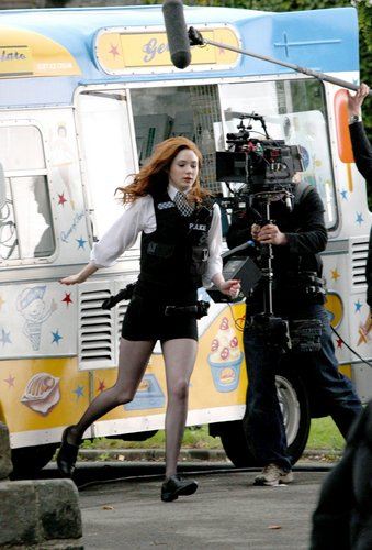 Amy Pond Обои entitled Amy pond behind the scenes