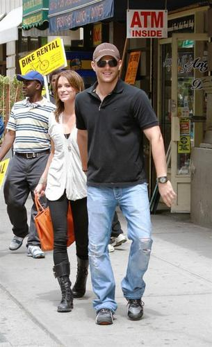 Jensen Ackles Hintergrund called Jensen & Danneel out in NYC