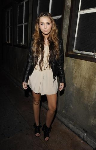 Miley Cyrus hits up Hannah Montana 덮개, 랩 Party