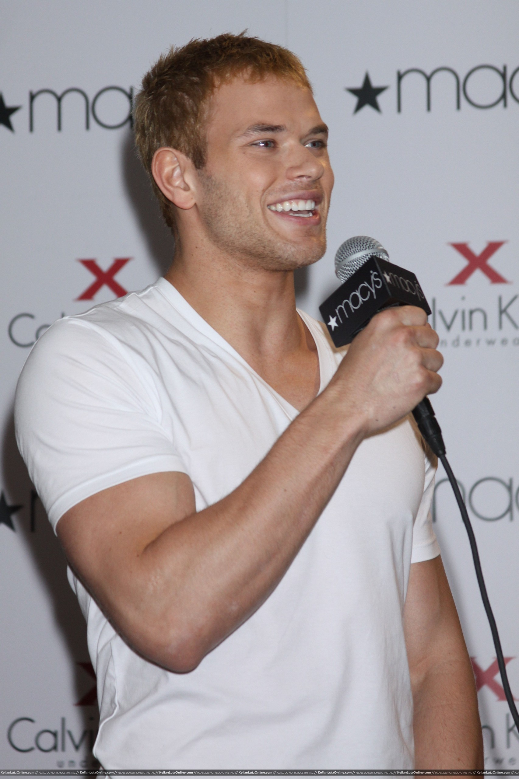 Mehr Pics: Kellan promoting Calvin Klein X Underwear At Macy's