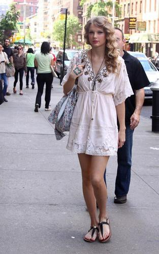 Taylor Shopping in NYC - May 15, 2010