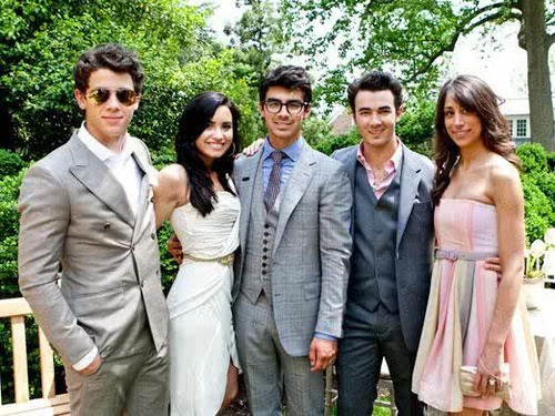 The Jonas Brothers, Demi, and Danielle Deleasa (Kevin's wife)