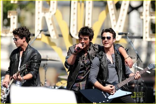 The Jonas Brothers are Grove Guys