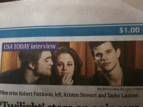 Very cute picture of Rob, Kristen and Taylor on USA Today