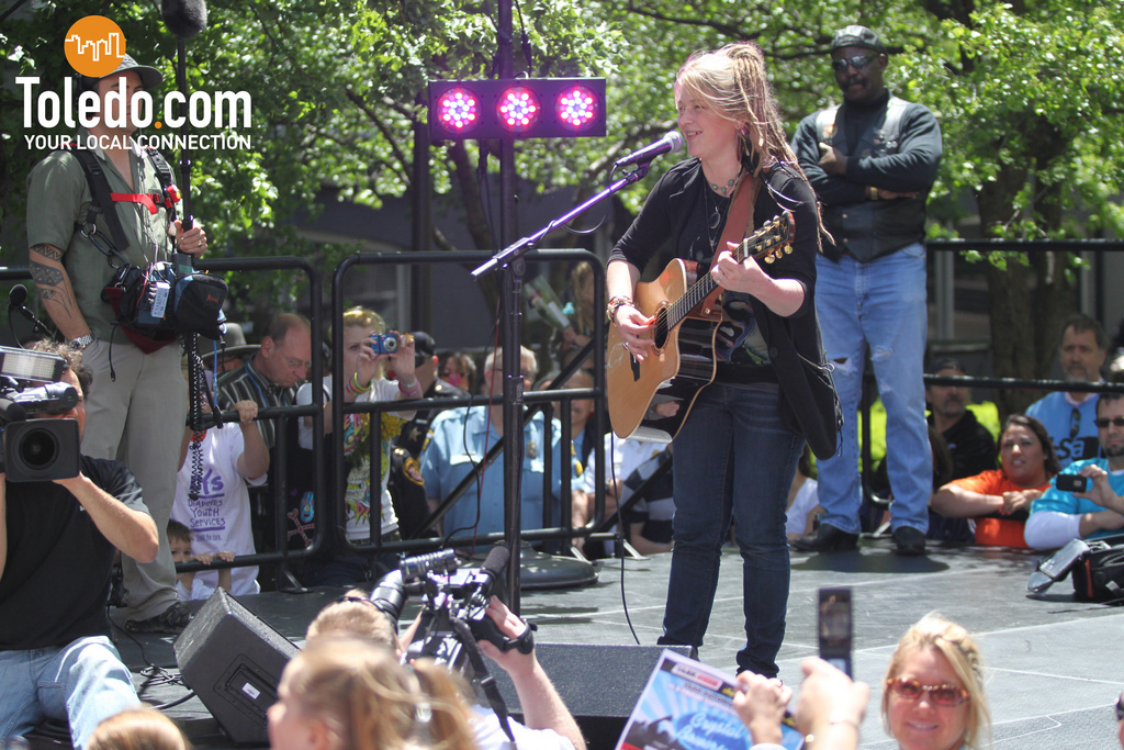 Crystal Bowersox Crystals Visit Home To Toledo Ohio Top 3 Week Of