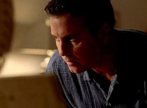 1x03- Crate N&#39; Burial - csi Screencap