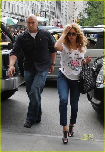 Beyonce: LET ME EAT CAKE!