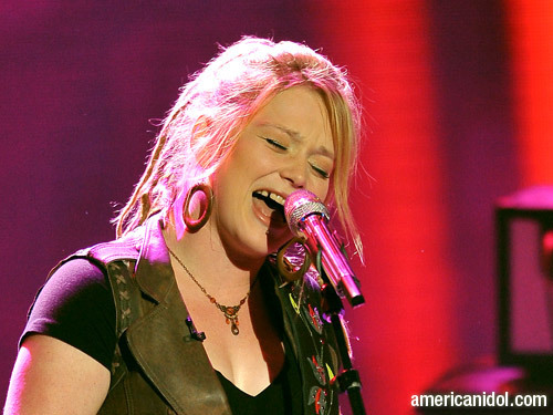"Crystal Bowersox bernyanyi ""Saved"""
