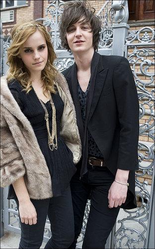 She stars Emma Watson música Video 'One Night Only'