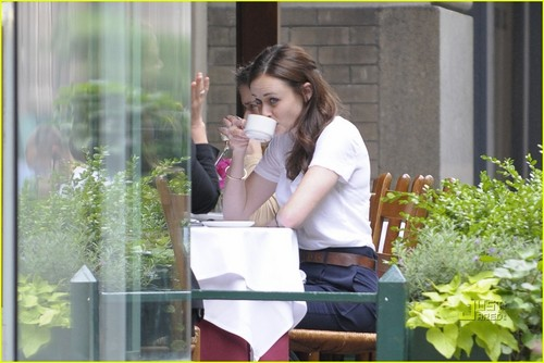 The 28-year-old actress caught a cab and met up with a friend for lunch!