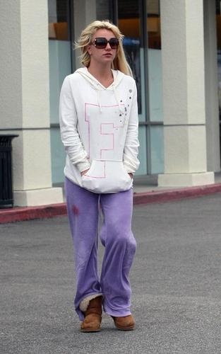 Britney Spears was spotted dropping her boys off at school in Los Angeles today (May 27).