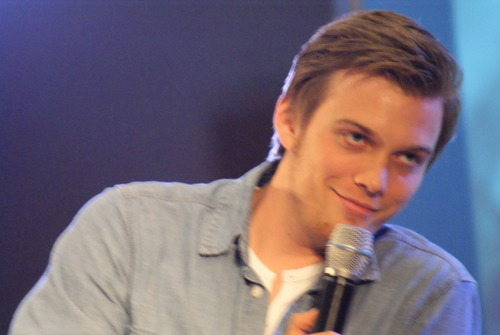 Jake Abel achtergrond entitled Jake @ Jus In Bello