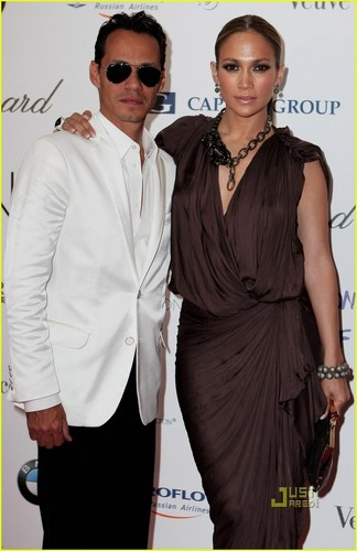 Jennifer with husband Marc Anthony as they arrive at the Neon Charity Gala (24/5/2010)