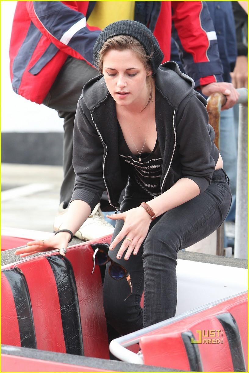 Kristen Stewart and Taylor Lautner 보트 Ride Down Under