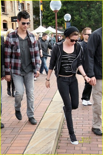 Kristen Stewart and Taylor Lautner barca Ride Down Under