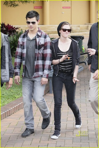 Kristen Stewart and Taylor Lautner bangka Ride Down Under