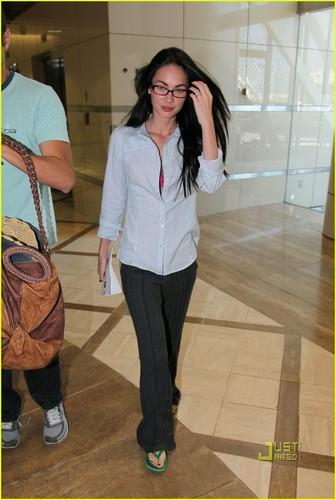 Megan Fox: Hot pink Bra!