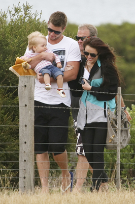 Miley Cyrus  Family on Miley Cyrus Miley Visiting Liam And His Family In Australia  Jan 3