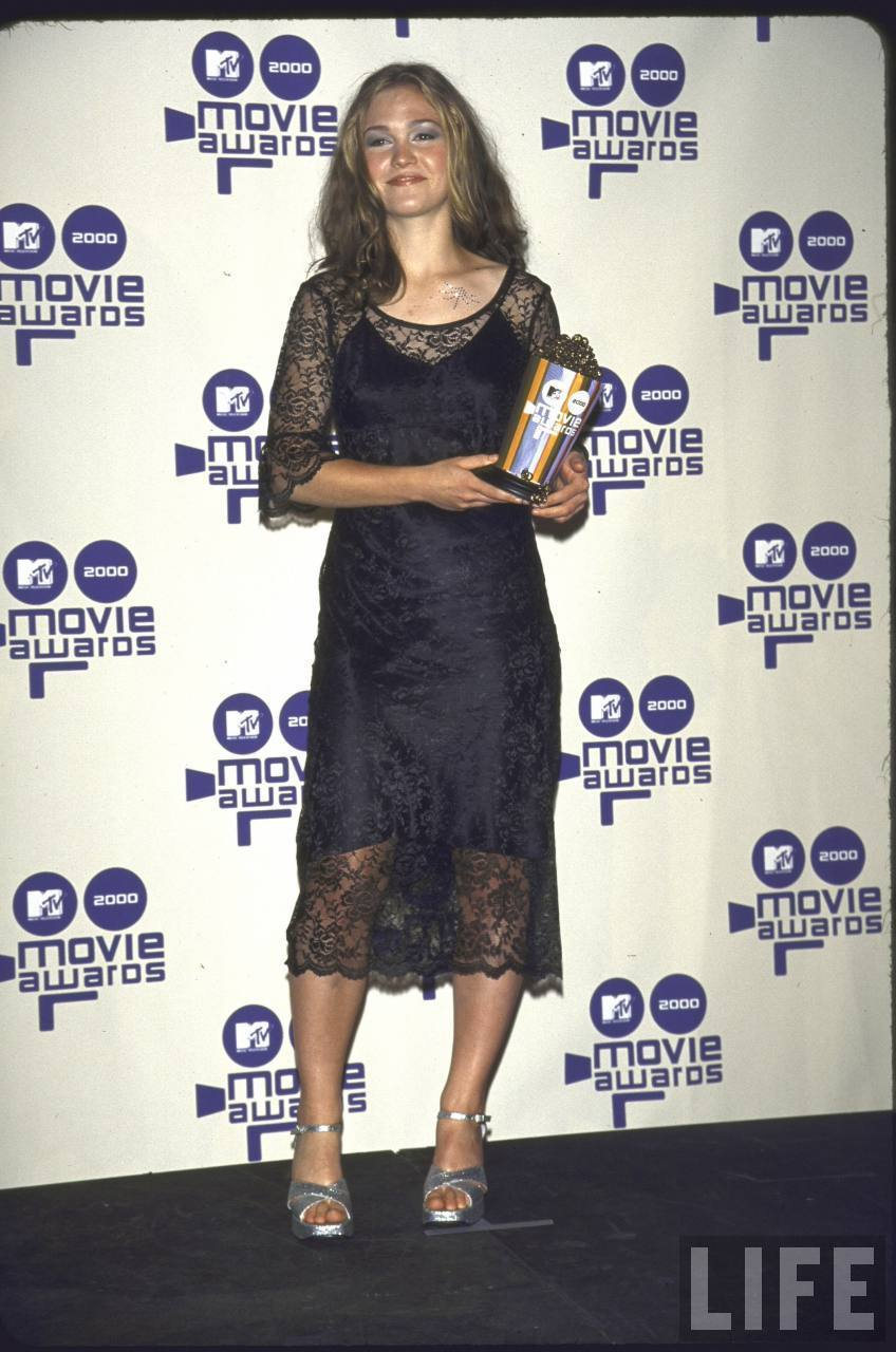 Actress Julia Stiles Holding Her Award at the MTV Movie Awards in the Press Room