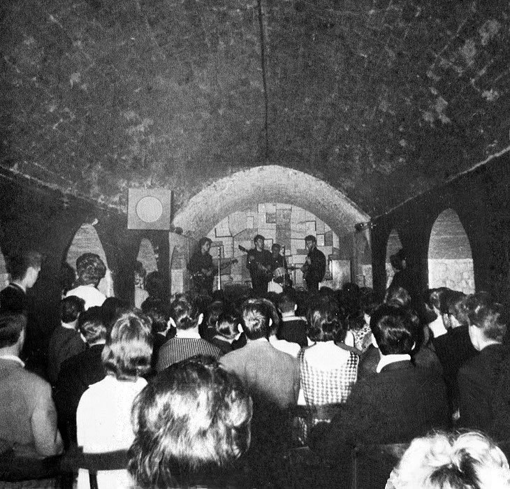 The Beatles Polska: George Martin obserwuje koncert Beatlesów w The Cavern
