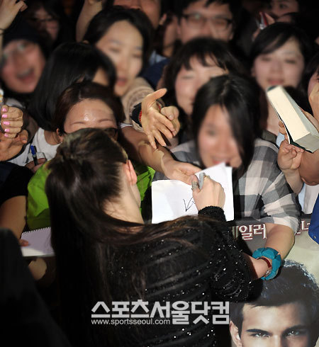 Kristen Stewart Fans on Kristen Stewart Korean Fan Event