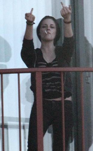 Kristen Stewart Fingers Paparazzi!