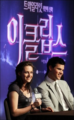Kristen and Taylor at the Korea Press Conference