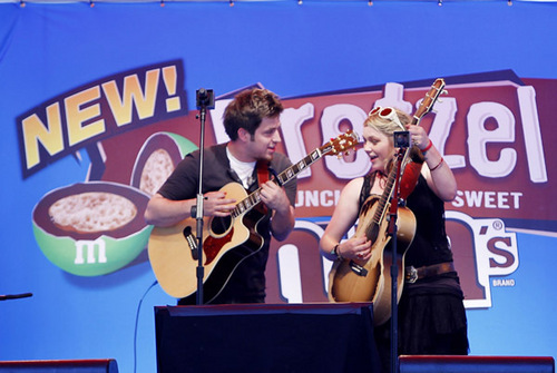 Lee & Crystal Performing Together @ the M&M bánh quy cây, pretzel Launch