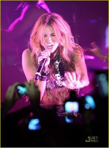 Miley Perfoming in Paris