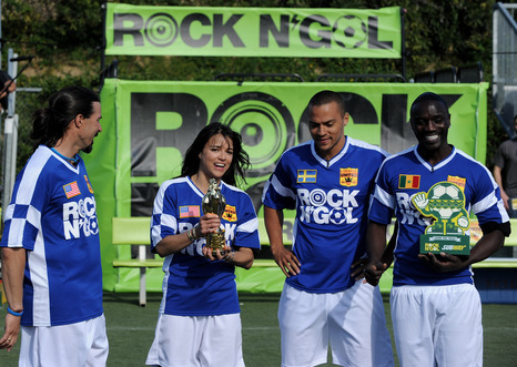 * Akon PLAY FOOTBALL AT ROCK N' GOL *