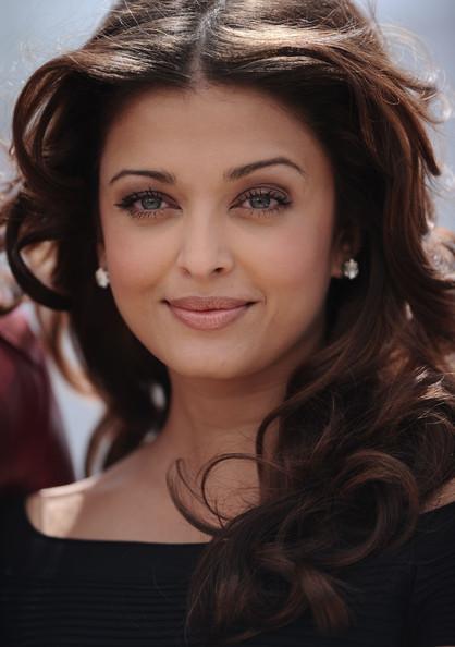 http://images2.fanpop.com/image/photos/12700000/Aishwarya-Rai-Cannes-Filmfestival-2010-Raavan-Photocall-aishwarya-rai-12701450-418-594.jpg