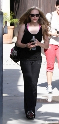 Amanda out and about in LA (1/6/2010)
