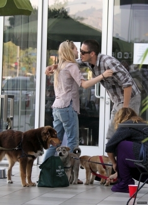 Amanda out and about in LA (3rd June,2010)