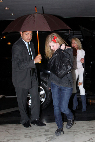 Avril Lavigne out with دوستوں