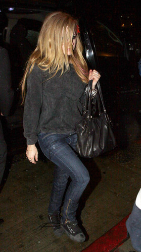 Avril Lavigne out with Những người bạn